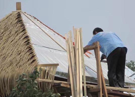 铺盖茅草屋